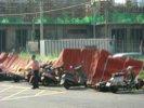 Palizzate divelte e motorini abbattuti
